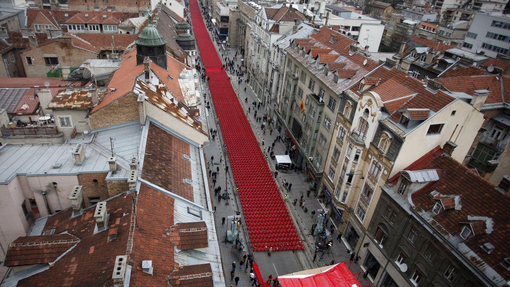 Bosnia recuerda, con la alineación de 11.541 sillas rojas por cada víctima del asedio de Sarajevo, el vigésimo aniversario del comienzo de la guerra de 1992-1995