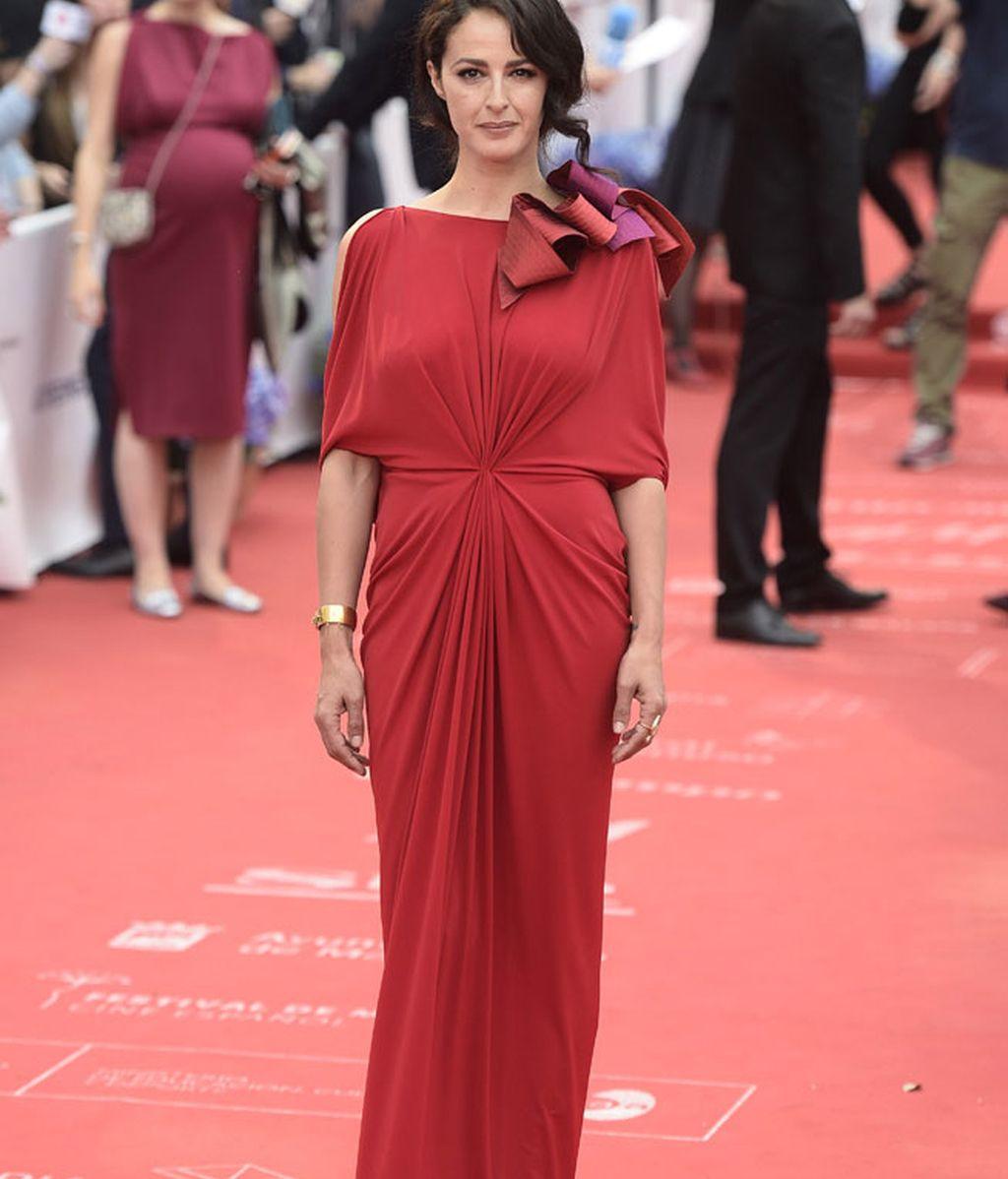 Mónica Estarreado, con vestido rojo drapeado de Ulises Mérida