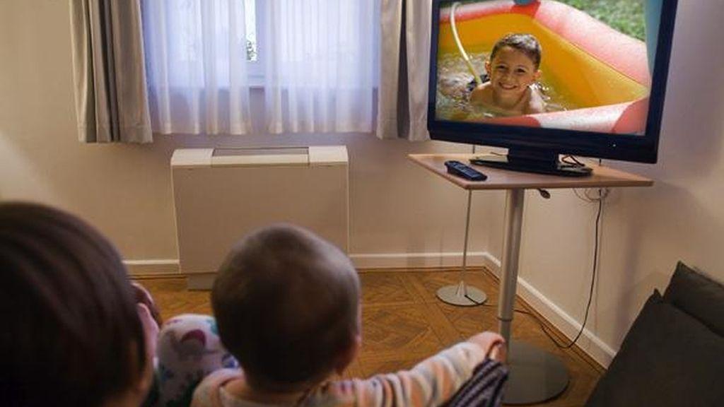 Los niños ven demasiado la televisión y juegan poco al aire libre FOTO: GTRES