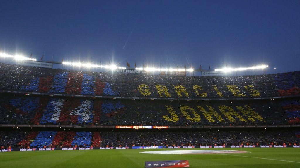 Las gradas del Camp Nou homenajean a Cruyff