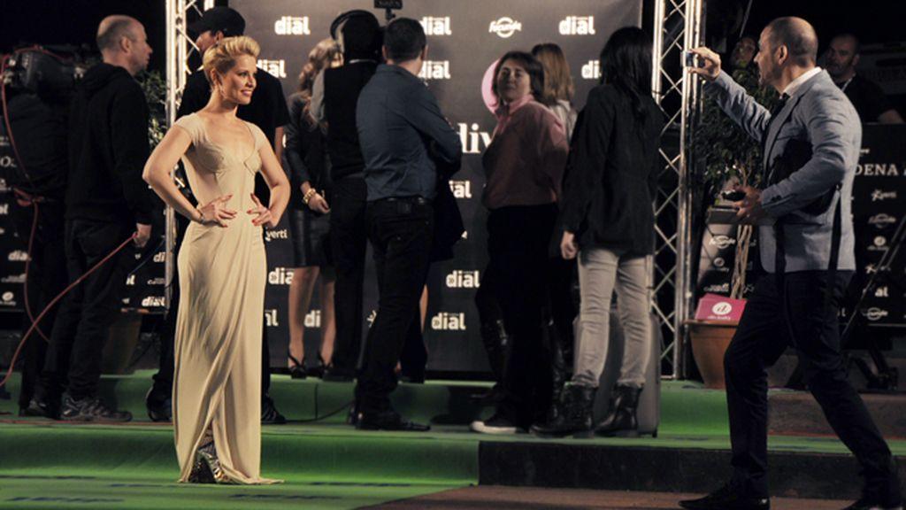 A Soraya le dio tiempo a todo, atendió a sus fans en la alfombra verde y también a través de Twitter
