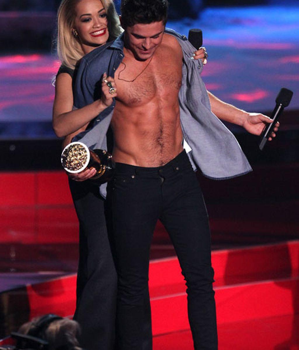 Rita Ora desnuda al ganador a la 'mejor actuación sin camiseta'