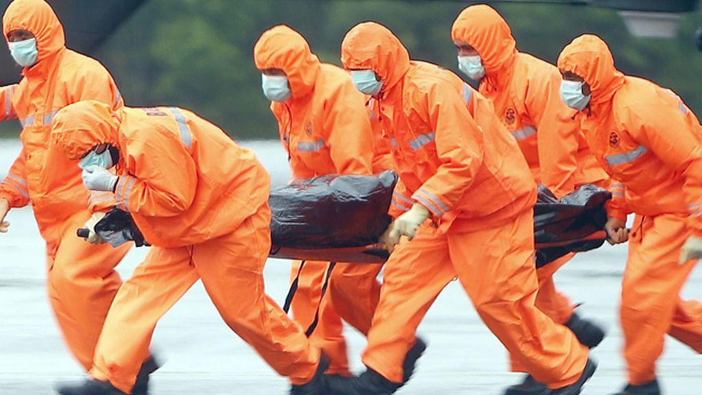 Las autoridades indonesias recuperan 34 cadáveres tras el siniestro del avión de AirAsia