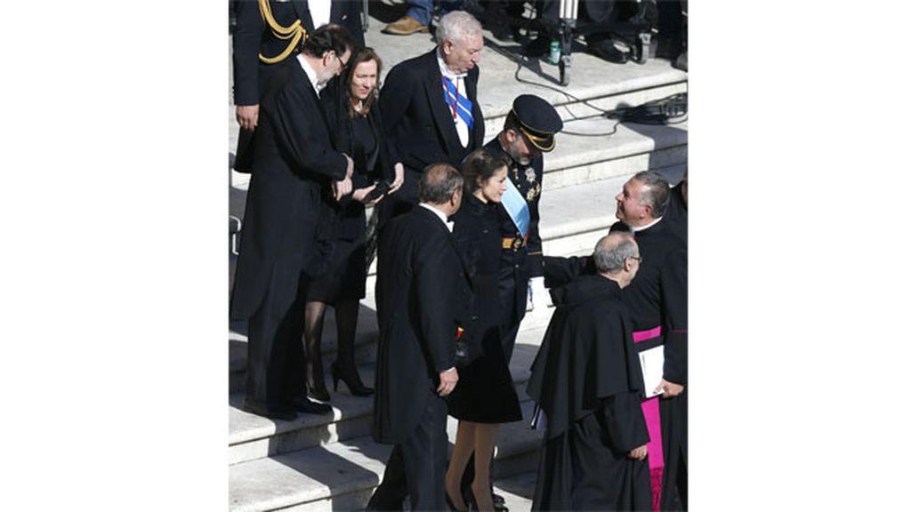 Los Príncipes de Asturias seguidos de Rajoy y su mujer