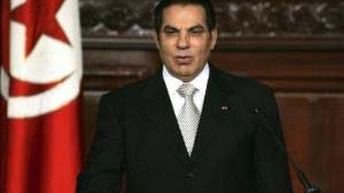 Fotografía de archivo del presidente tunecino, Zine el Abidine Ben Alí, jurando su cargo en la Asamblea Nacional en Túnez (Túnez). Foto:EFE/Archivo