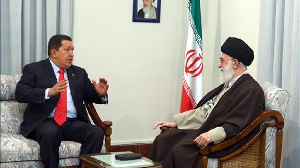 El presidente venezolano, Hugo Chávez (izq.), durante su encuentro con el líder supremo iraní, el Ayatola Alí Jamenei, en Teherán. EFE/PRENSA MIRAFLORES