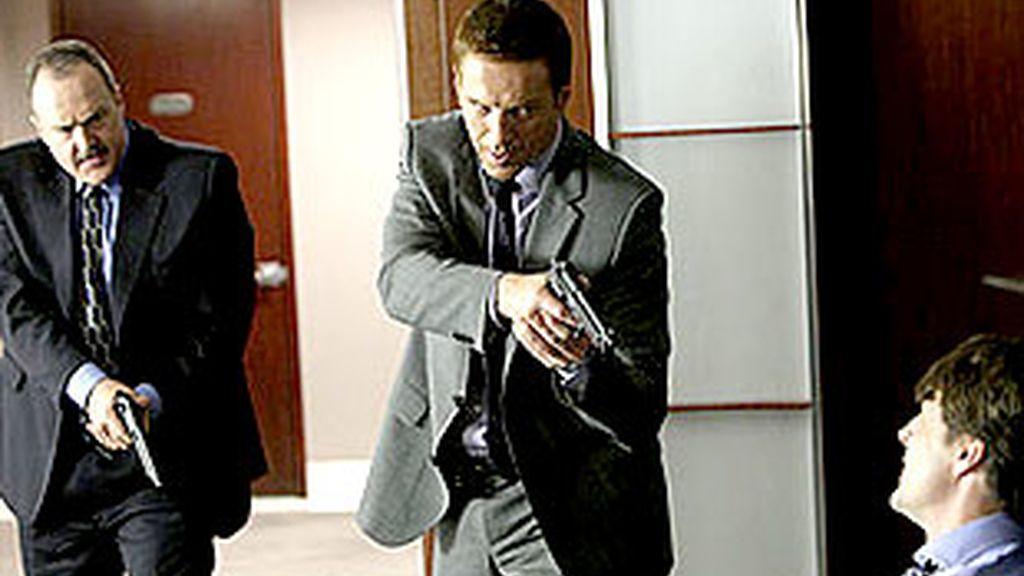 Los detectives descubren que el crimen está relacionado con una compleja trama política