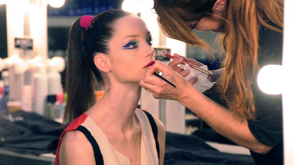 En maquillaje preparando a una de las modelos de Agatha