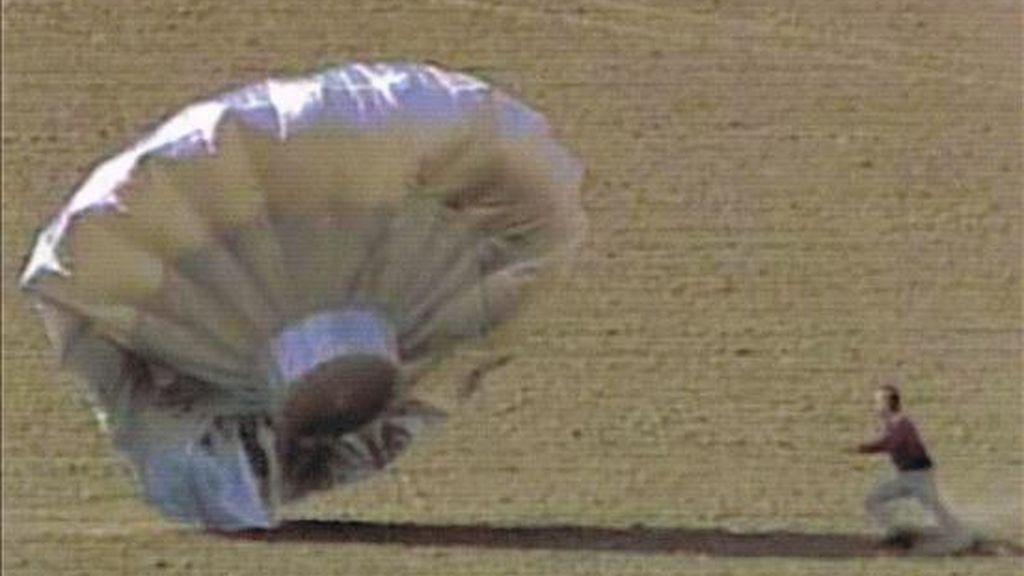 Fotografía cedida por la cadena CBS4Denver que muestra a un agente del orden público mientras corre detrás de un globo casero inflado con helio a punto de aterrizar cerca al aeropuerto de Denver, Colorado (EE.UU.). EFE