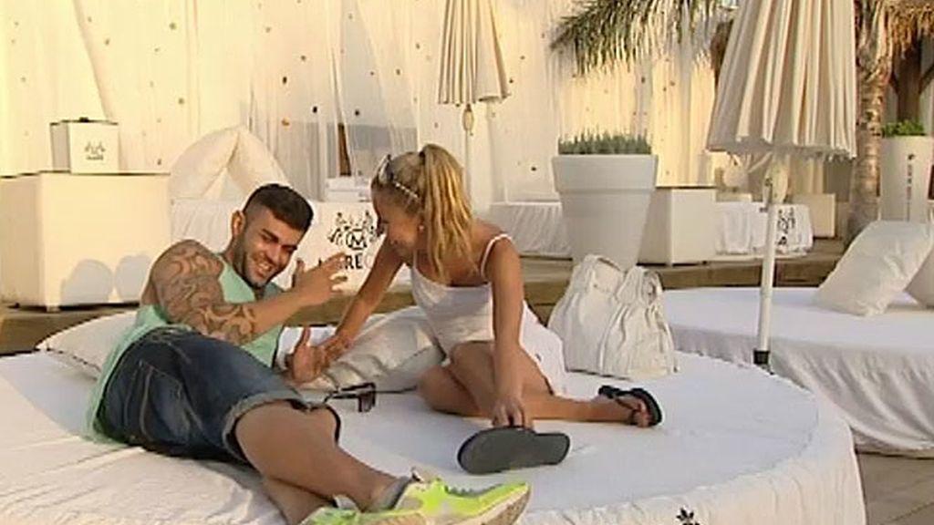 Javier conoce a sus chicas en la piscina (y en la cama)