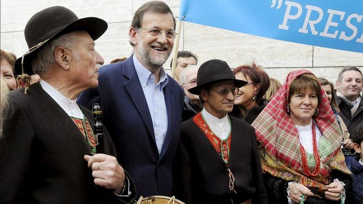 El presidente del Partido Popular, Mariano Rajoy, con varias personas vestidas con trajes regionales durante la clausura de la I Cumbre del PP en el Exterior, celebrada en León. EFE