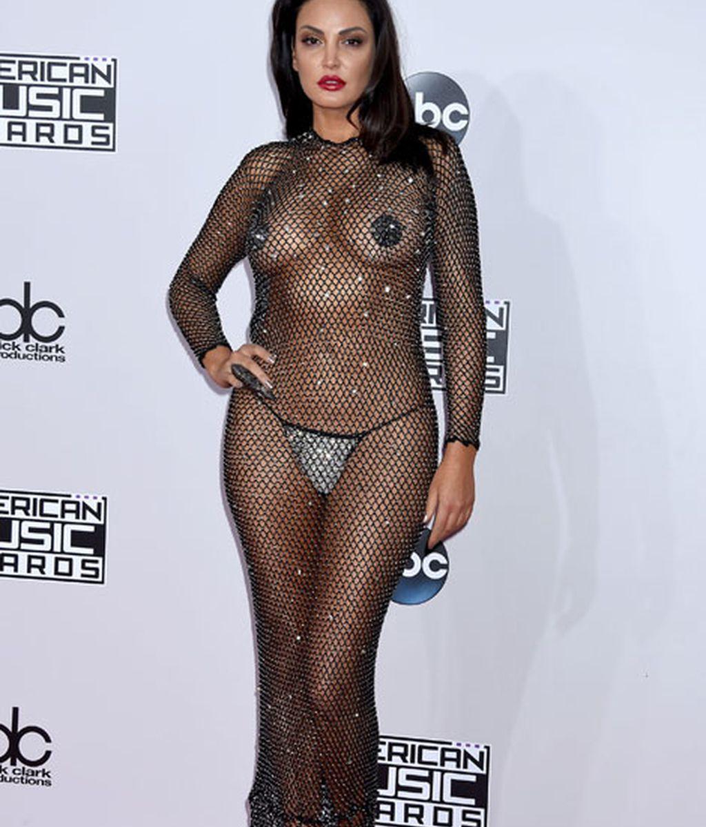 El atrevido vestido de Bleona Qereti recuerda al que ya lució Rihanna en otra ocasión