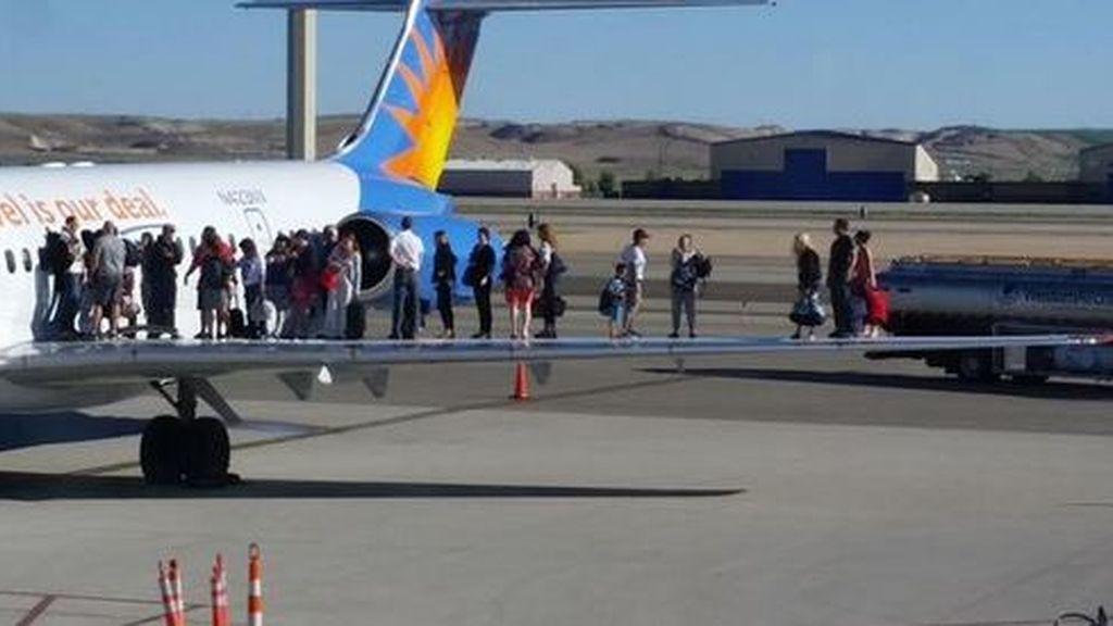 Los pasajeros de un avión deciden salir por las alas del aparato tras oler a combustible