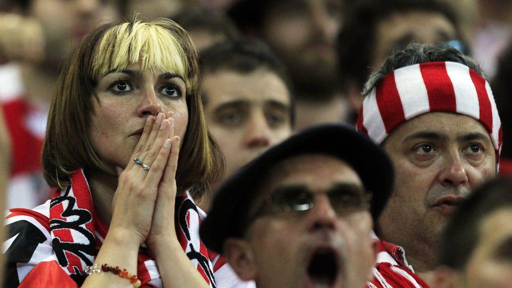 Tensión y tristeza  en los rostros de los seguidores del Athletic de Bilbao