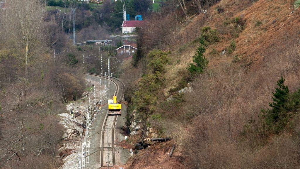 El temporal provoca desprendimientos sobre la línea ferroviaria Madrid-Cantabria