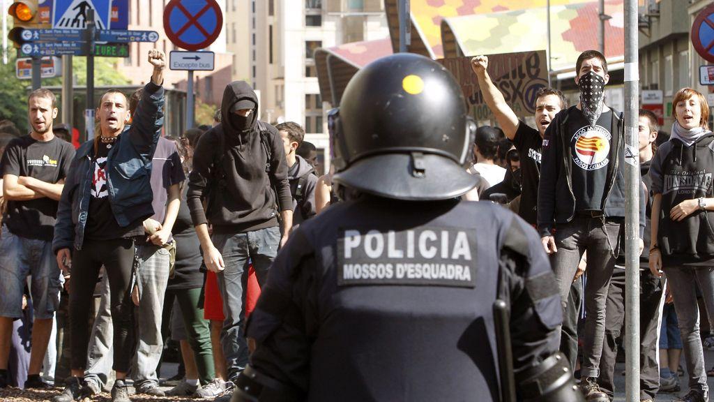 Miembros del cuerpo de antidisturbios de los Mossos han blindado la entrada a la plaza de Sant Jaume de Barcelona