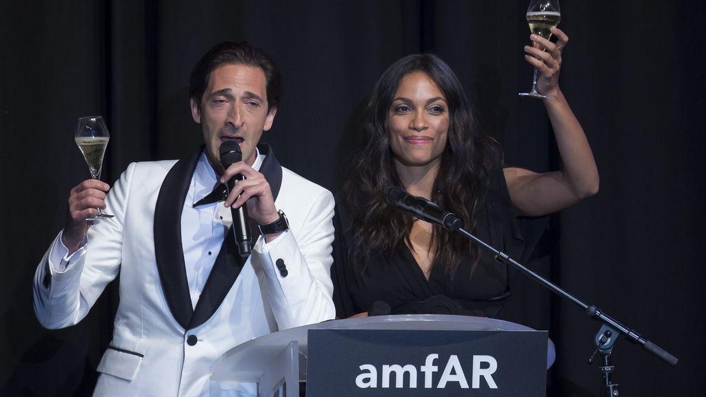 Rosario Dawson y Adrian Brody en la gala 'El cine contra el SIDA'