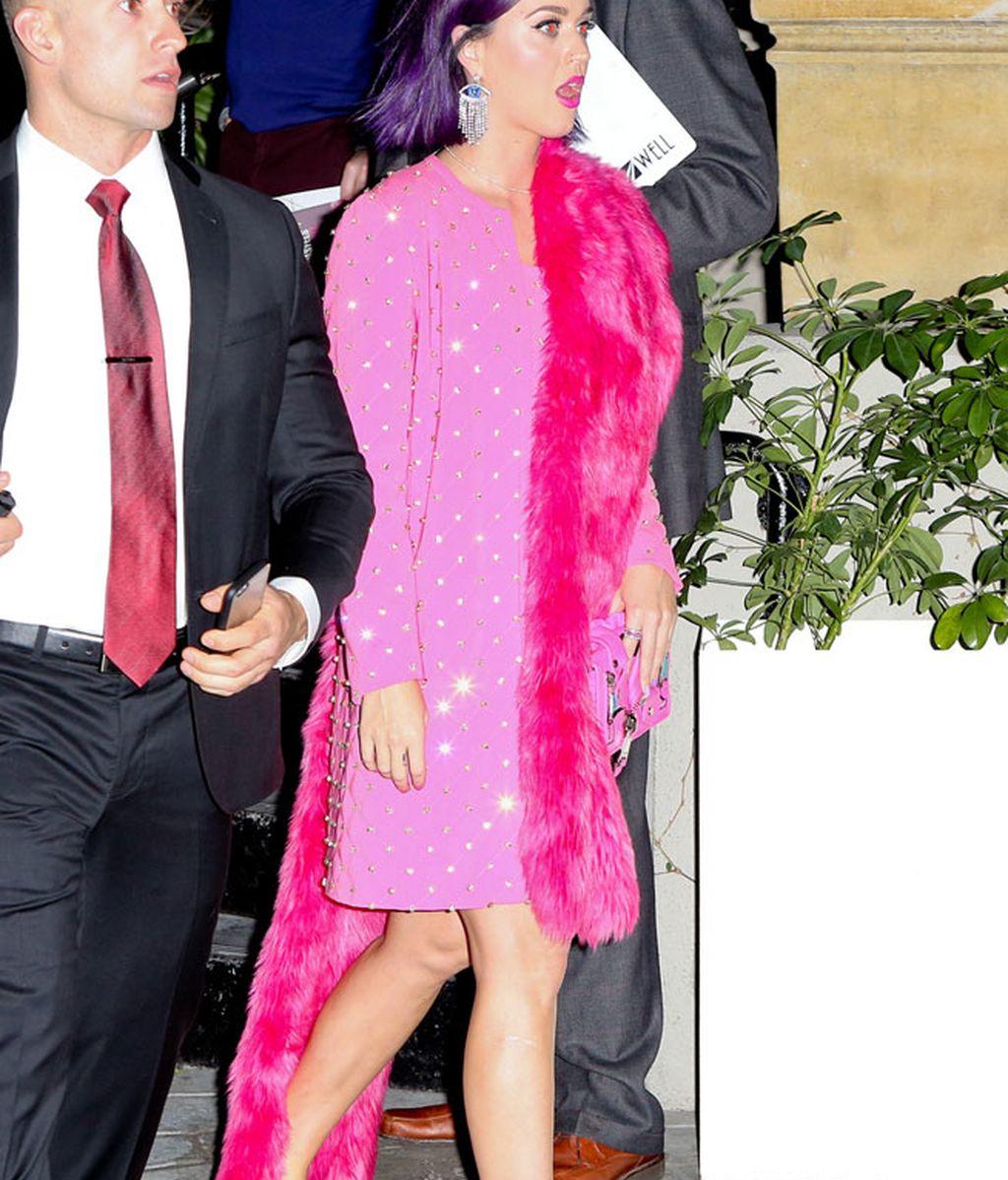 Katy Perry llamó la atención con su total look en rosa y sus chanclas piscineras