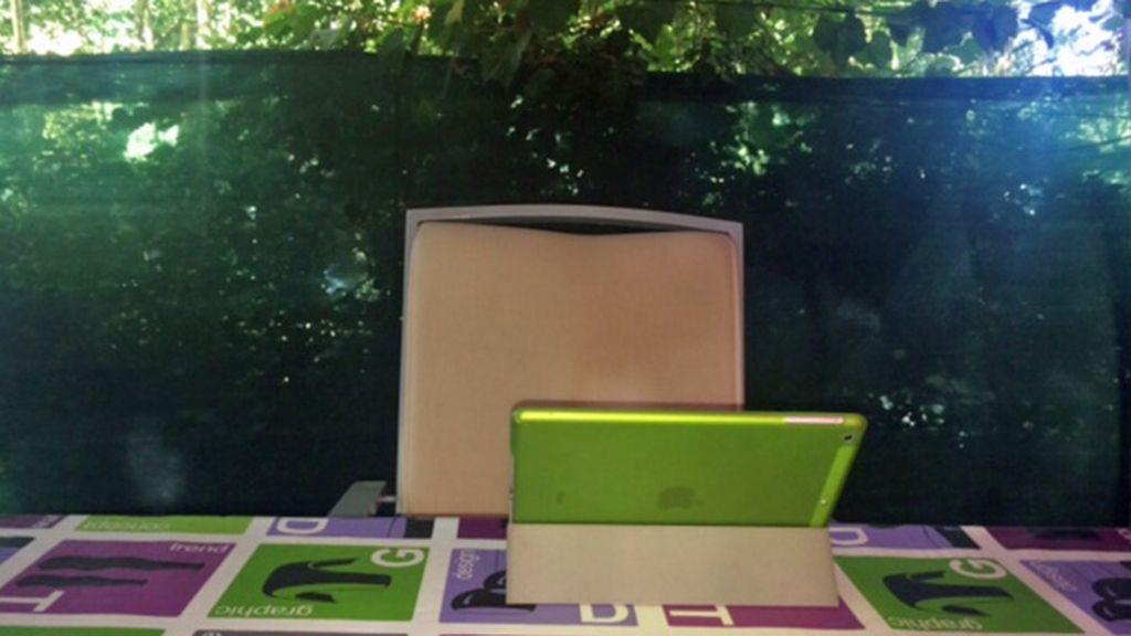 El 'punto d' de Carlos Losada, su colorida oficina de verano en Hervás