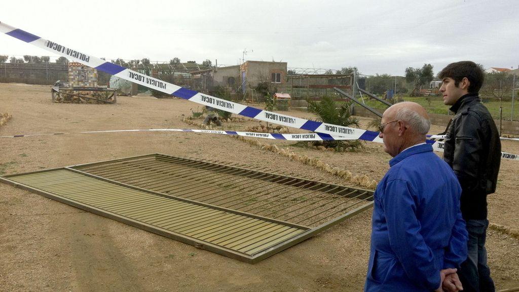 Fallece una mujer en Badajoz tras caerle encima, a causa del viento, un portón metálico