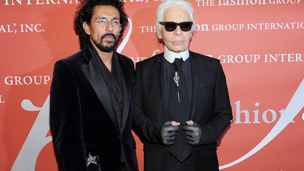 Karl Lagerfeld, presentador de la gala, con el diseñador Haider Ackerman