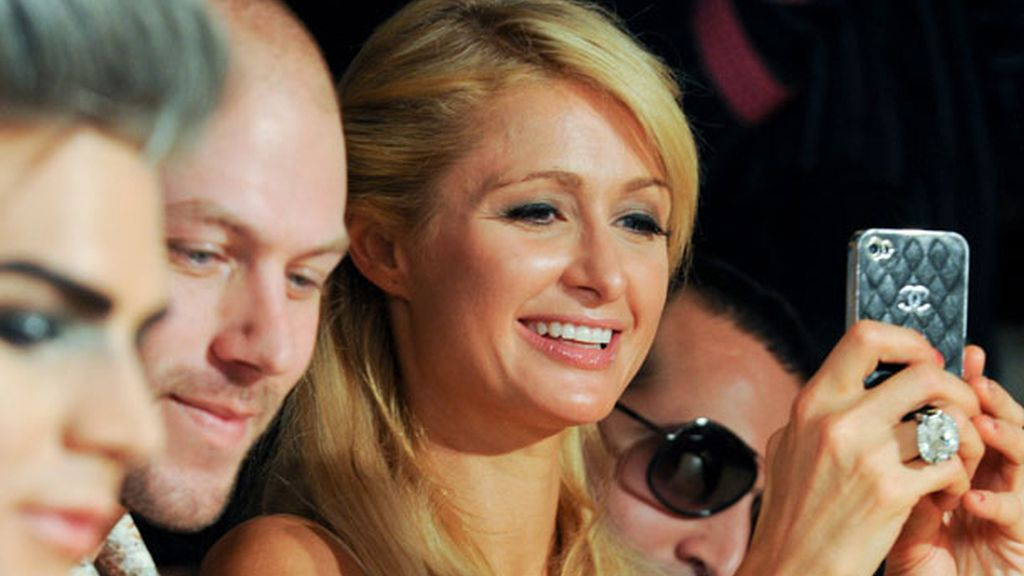 Paris Hilton y su carísima funda de móvil en el desfile de The Blonds