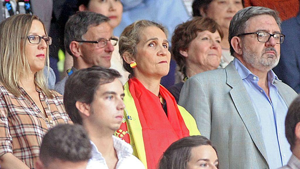 La Infanta Elena escuchando el himno nacional