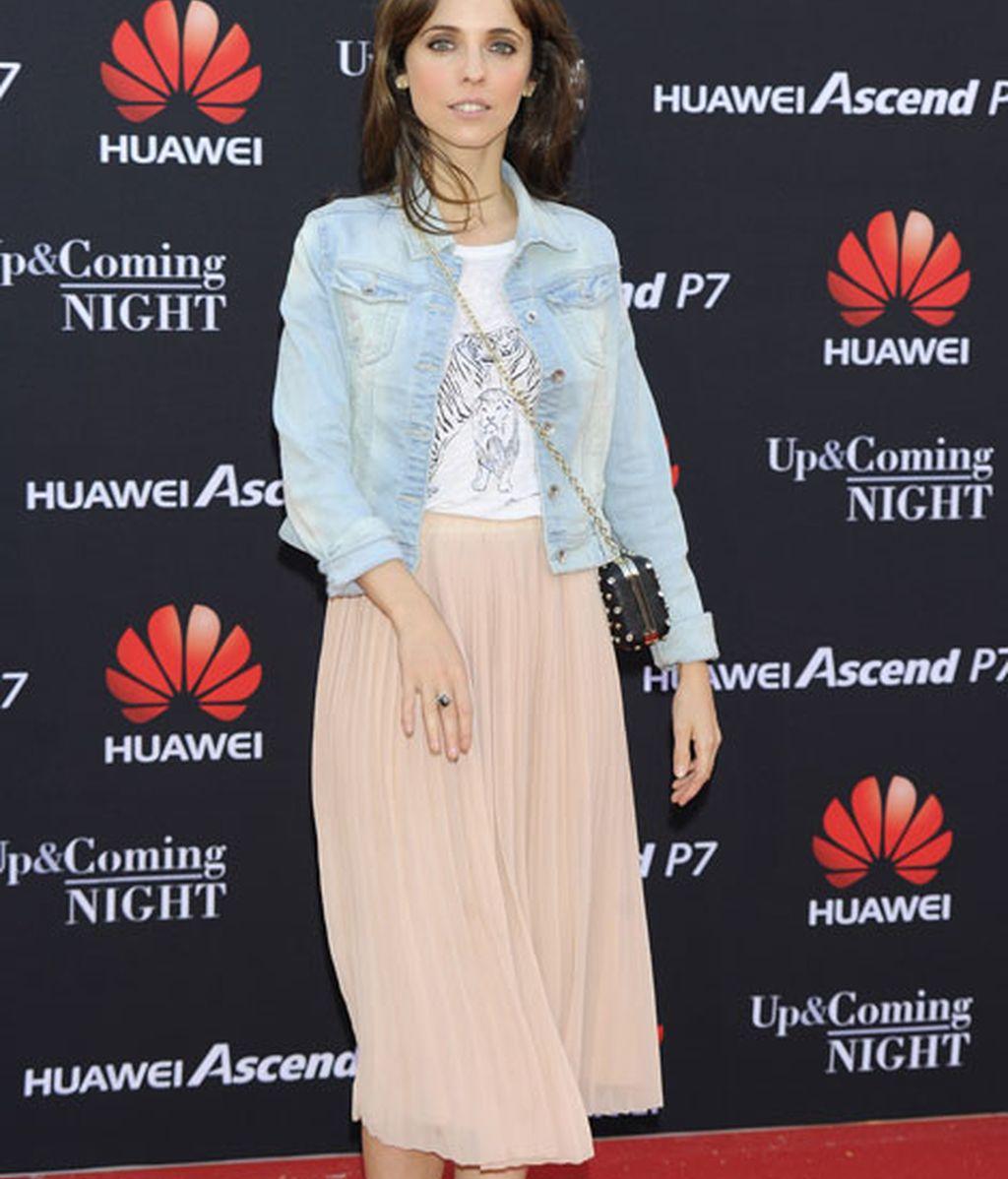Leticia Dolera con falda color nude y chaqueta vaquera