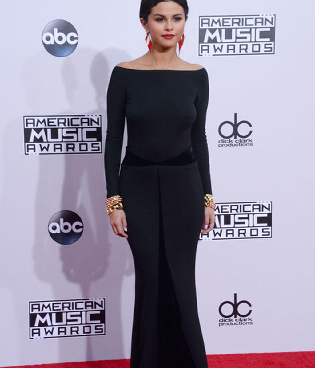 Selena Gomez, de Armani Privé, lució un vestido negro con corte sirena