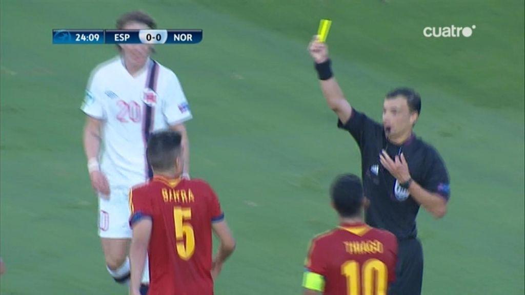 El árbitro enseñó amarilla a Bartra tras la polémica acción.