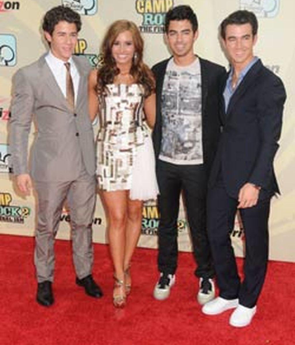 Los Jonas Brothers, junto a Demi Lovato, en la presentación de la película. Foto: GTRES