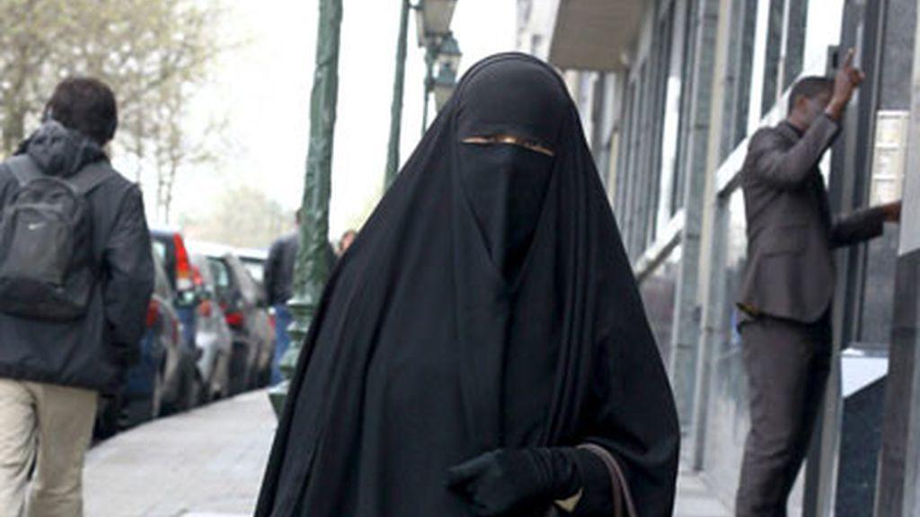 Una mujer musulmana pasea por la calle cubierta por un burka