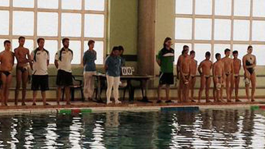 Jugadores del Waterpolo El Olivar y del Waterpolo Casablanca durante el minuto de silencio