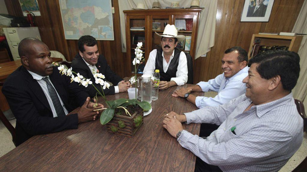 Zelaya en la mesa de negociación