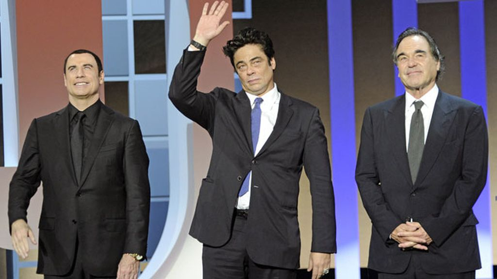 Stone, Travolta, y Del Toro promocionaron su último trabajo, 'Salvajes'