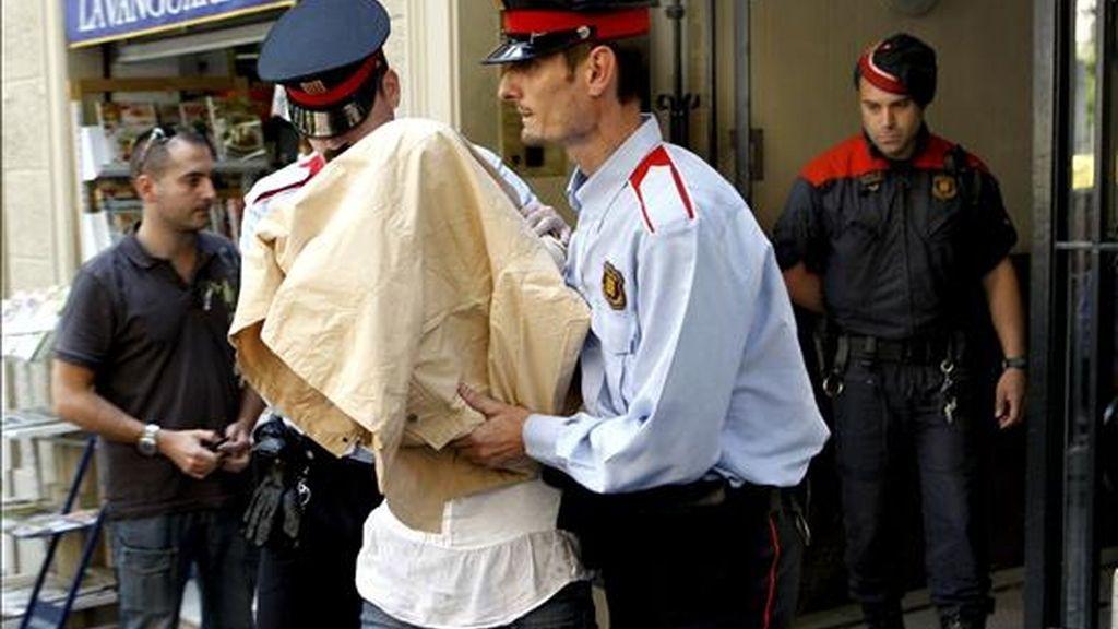 La policía autonómica (Mossos d'Esquadra), traslada a la presunta parricida británica Liane Ross-Smith, desde la vivienda del piso 6º1ª de la calle Travesera de Gracia 368 de Barcelona, donde vivía con sus dos hijos menores antes de mudarse a la localidad costera de Lloret de Mar ( Girona ), donde el pasado día 18 asesinó presuntamente a los dos pequeños. EFE