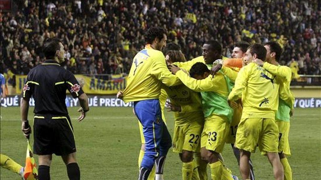 Los jugadores del Villarreal celebran el cuarto gol del equipo amarillo, durante el encuentro correspondiente a la vuelta de los octavos de final de la Copa del Rey, que les ha enfrentado esta noche al Valencia en el estadio castellonense del Madrigal. Foto: EFE.