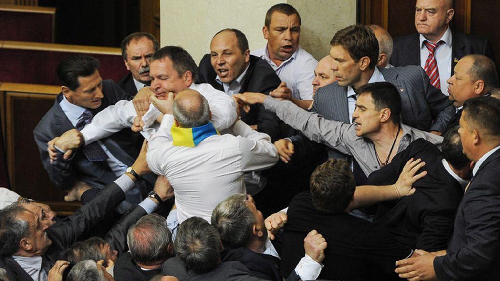La pelea comenzó poco antes del inicio de la votación de un proyecto de ley que pretende la expansión del uso del idioma ruso en el país