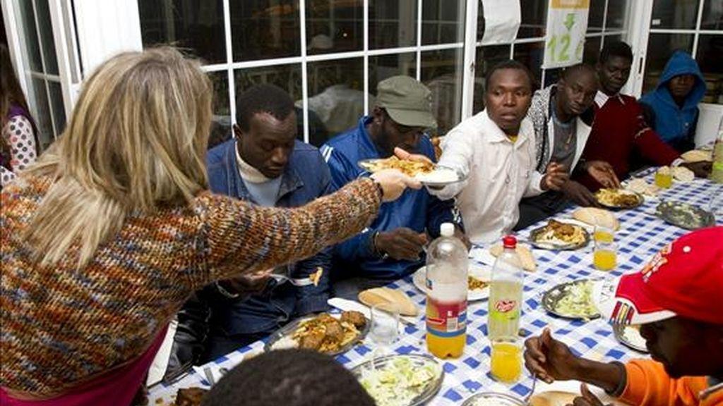 El empresario onubense Patrocinio Mora (d) volvió a cumplir anoche con la tradición de abrir su restaurante gratis para un centenar de personas sin hogar, inmigrantes en su mayoría, a los que obsequió con una cena de Nochevieja, al igual que les entregó comida la pasada Nochebuena. EFE