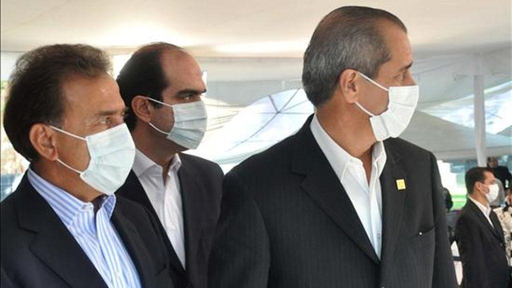 En la imagen, el secretario mexicano de salud, José Ángel Cordova Villalobos (d). Las autoridades de Ciudad de México decretaron el fin de la alerta sanitaria por la gripe A, establecida el pasado 23 de abril. EFE/Archivo