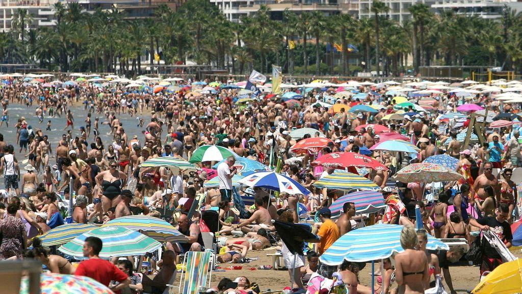 Las altas temperaturas llenan las playas. Foto: Efe