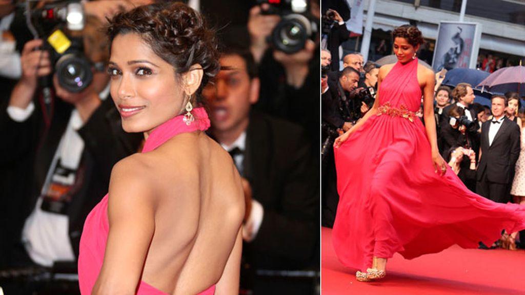 Freida Pinto eligió un vestido vaporoso en rosa fuscia