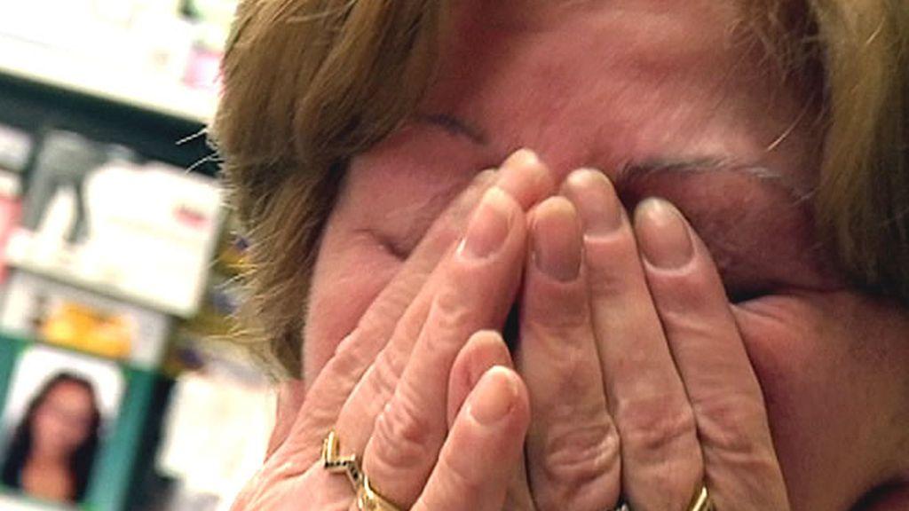 Una mujer llora al haber perdido su casa