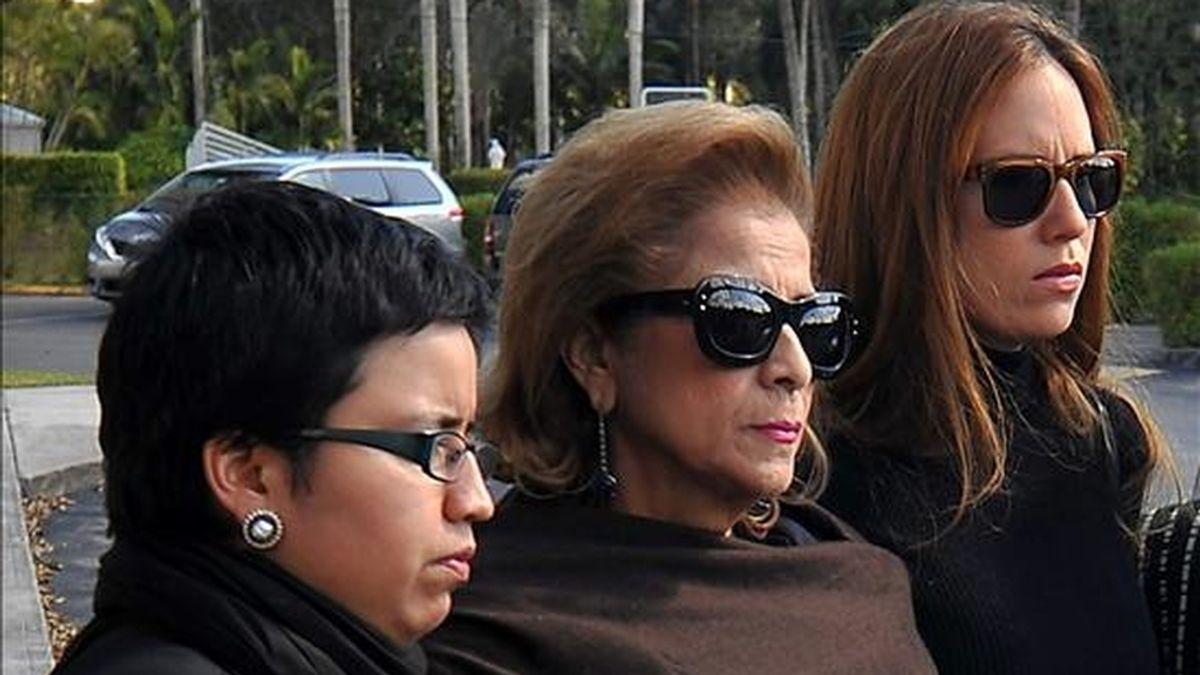 La esposa del ex presidente venezolano Carlos Andrés Pérez, Cecilia Matos (c), y sus hijas Cecilia Victoria Pérez (i) y María Francia Pérez (d). EFE/Archivo