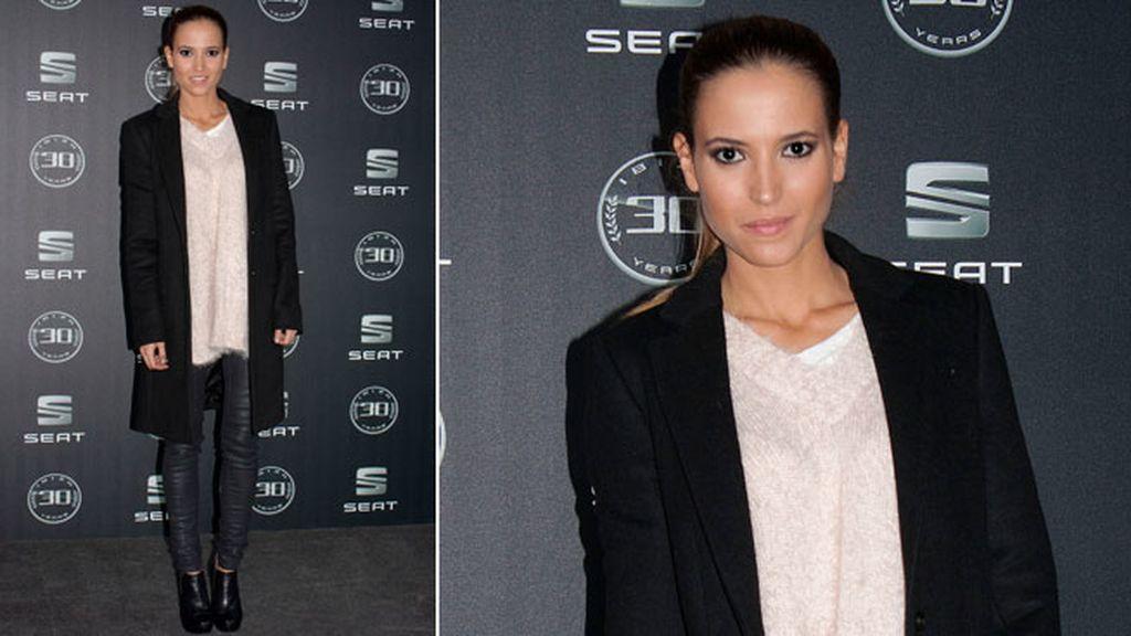 Ana Fernández con leggins de vinilo, jersey oversize y abrigo negro