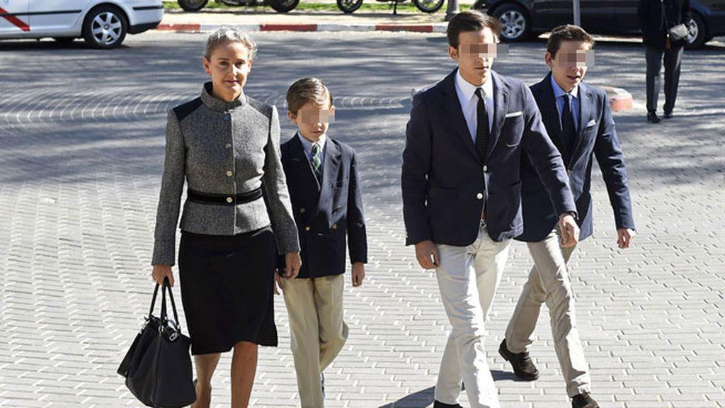 Carla Royo-Villanova, cuñada del fallecido, ha acudido con sus hijos