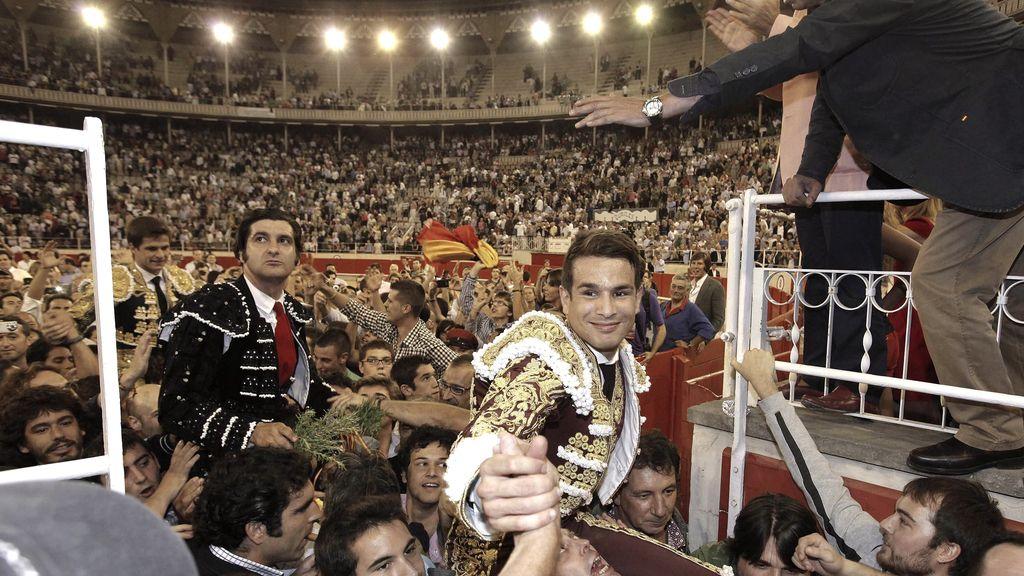 José Manzanares sale en brazos después de la penúltima corrida en La Monumental de Barcelona