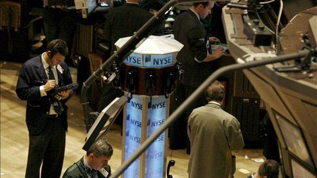 Al cierre de las contrataciones en el parque neoyorquino, el índice Dow Jones de industriales restó 25,65 puntos para terminar en 11.697,24 unidades. EFE/Archivo