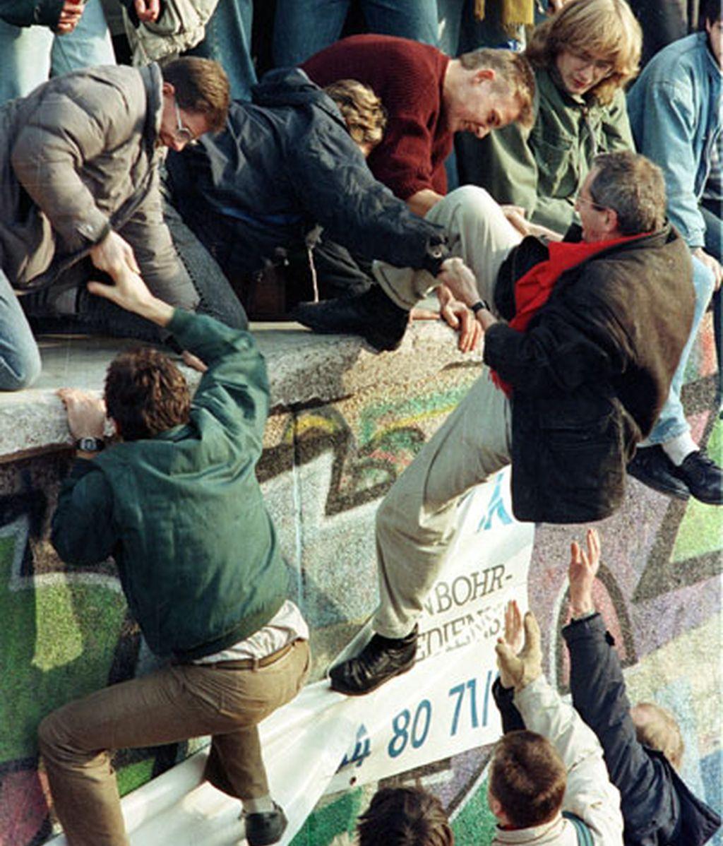 Ciudadanos del Este y del Oeste escalan el Muro en 1989