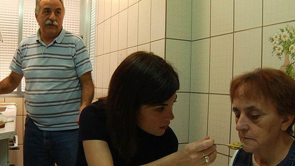 Samanta Villar ayuda a una enferma de Alzheimer